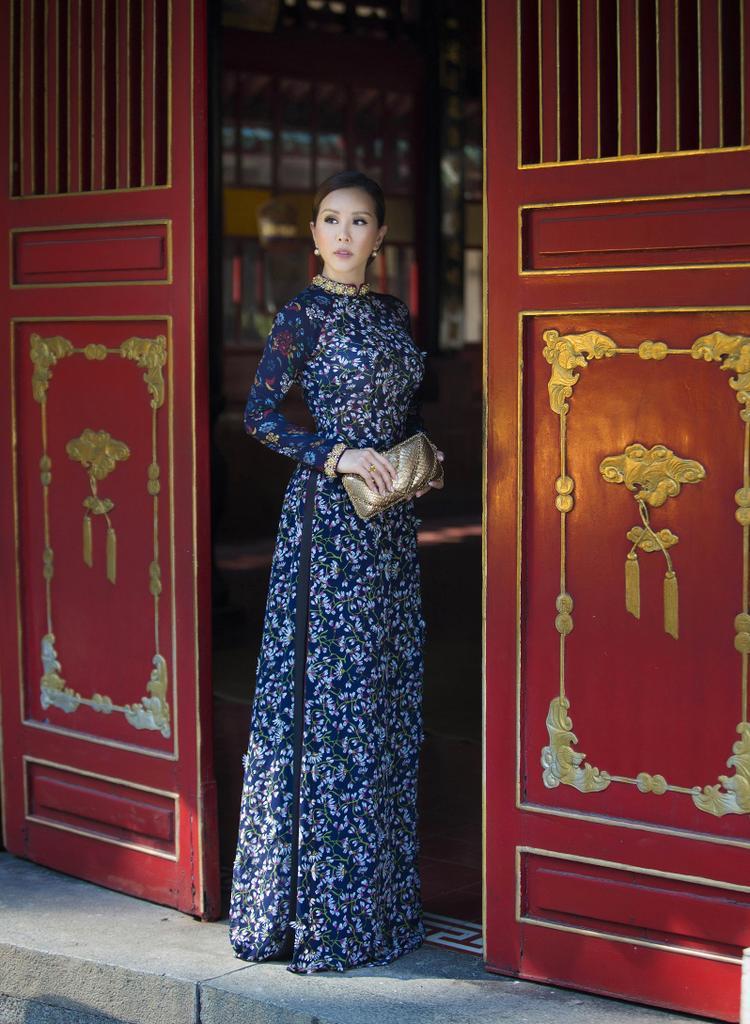 Giữa bối cảnh yên bình nhuốm màu thời gian của một ngôi chùa cổ, Thu Hoài đã thể hiện khá trọn vẹn cảm xúc hoài niệm quá ánh mắt và thần thái, tái hiện vẻ đẹp vàng son một thuở của phụ nữ Việt Nam.