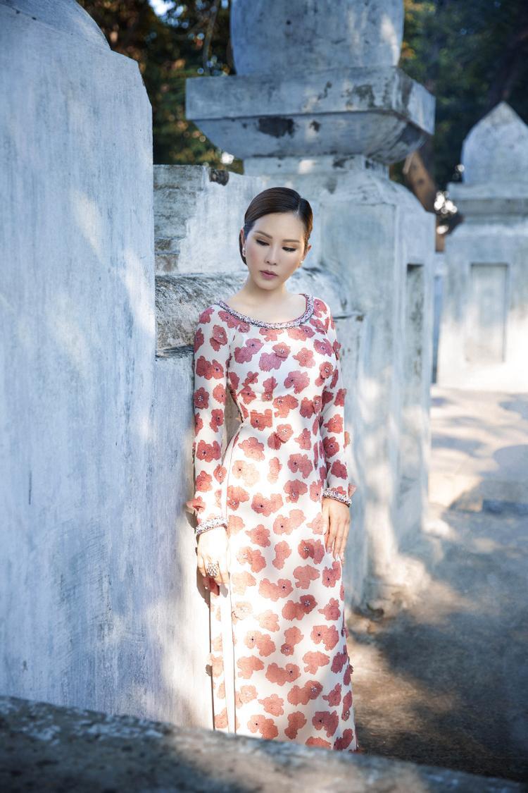 Bộ ảnh được thực hiện với chuyên viên trang điểm Kuny Lee, nhiếp ảnh gia Lê Thiện Viễn.