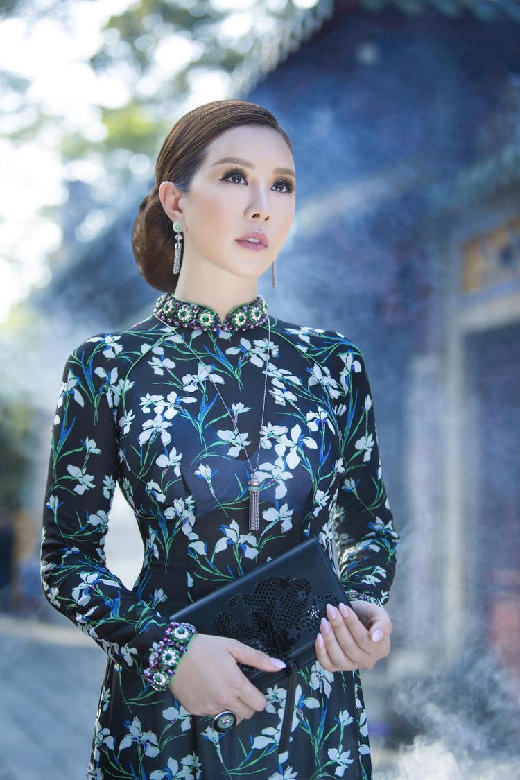 Chính sự chăm chút tỉ mỉ khi sắp xếp những lá cườm và hạt đá li ti đã làm nên đẳng cấp khác biệt của Công Trí, được rất nhiều khách hàng sành sỏi thời trang cao cấp yêu thích và lựa chọn.