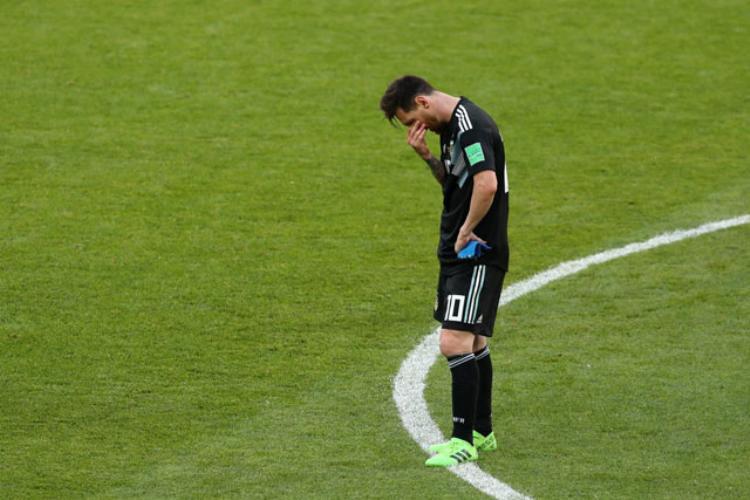 Sự thất vọng của Messi khi đá hỏng phạt đền. Ảnh: Getty.