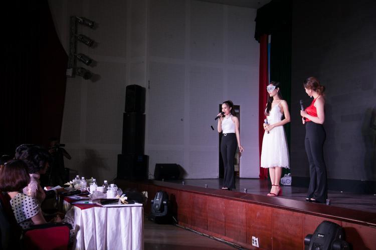 Hoài Sa đeo mặt nạ khi xuất hiện trên sân khấu.