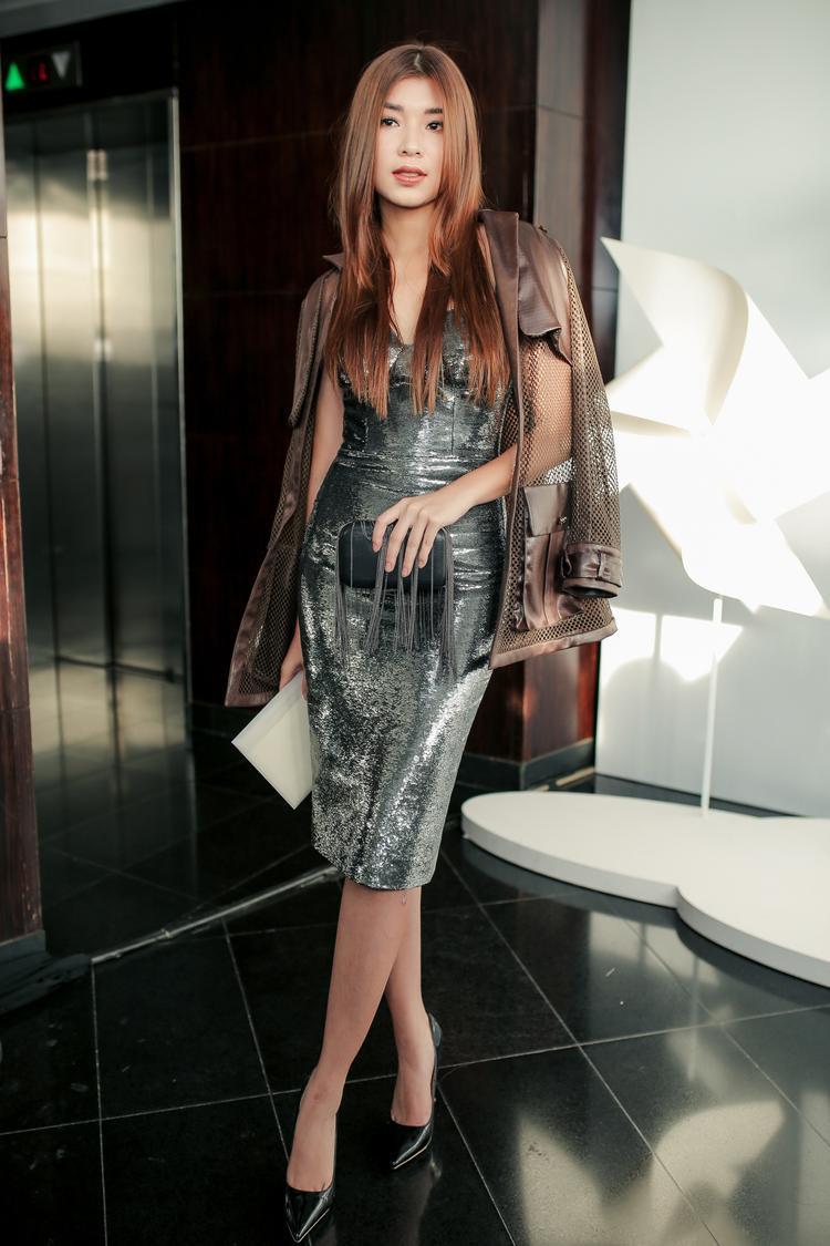 Đồng Ánh Quỳnh mix layer chân váy sequin cùng áo khoác khá ổn. Tuy nhiên, nếu cô nàng tạo một kiểu tóc cao, gọn không che lấp trang phục thì mọi thứ sẽ còn đẹp hơn bội phần.