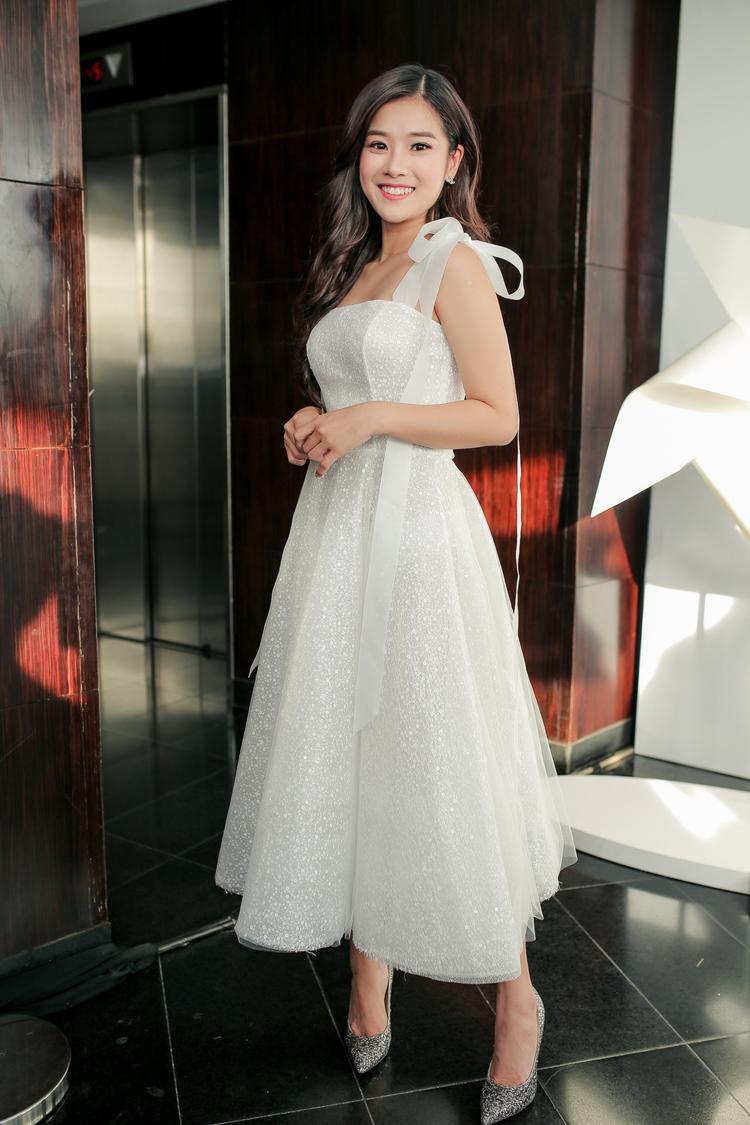 Hoàng Yến Chibi xinh xắn như một nàng công chúa cùng váy tùng xòe và giày cao gót ánh kim.