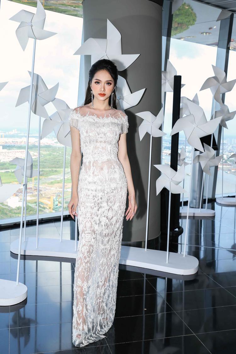 """Chiếc váy ren ôm sát """"nửa kín nửa hở"""" là """"vũ khí"""" giúp Hương Giang gây thương nhớ với mọi khán giả tham dự sự kiện."""