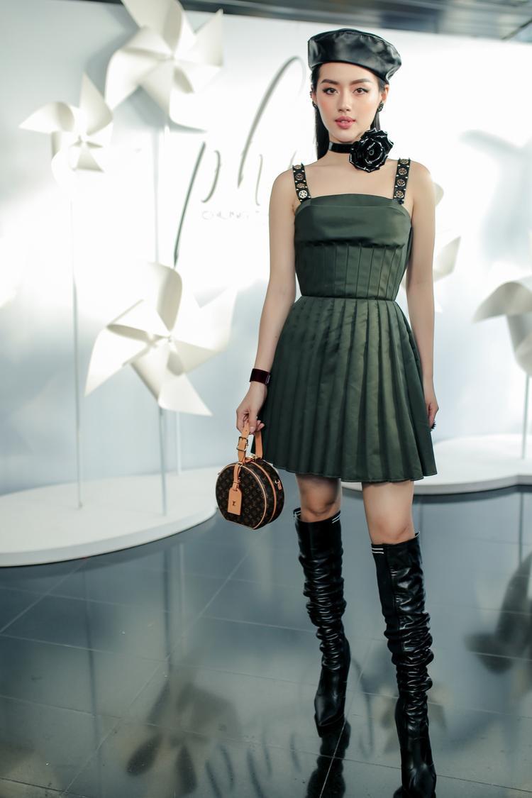 Cũng là váy xòe, nhưng hình ảnh Khánh Linh The Face đem đến lại theo hơi hướng chiến binh, mạnh mẽ và thời thượng.