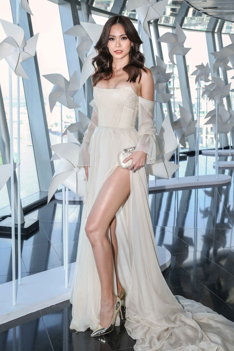 Diện chiếc váy xẻ cao, cúp ngực ôm sát vòng một, Mâu Thủy khiến khán giả phải xuýt xoa với vóc dáng nóng bỏng của cô.