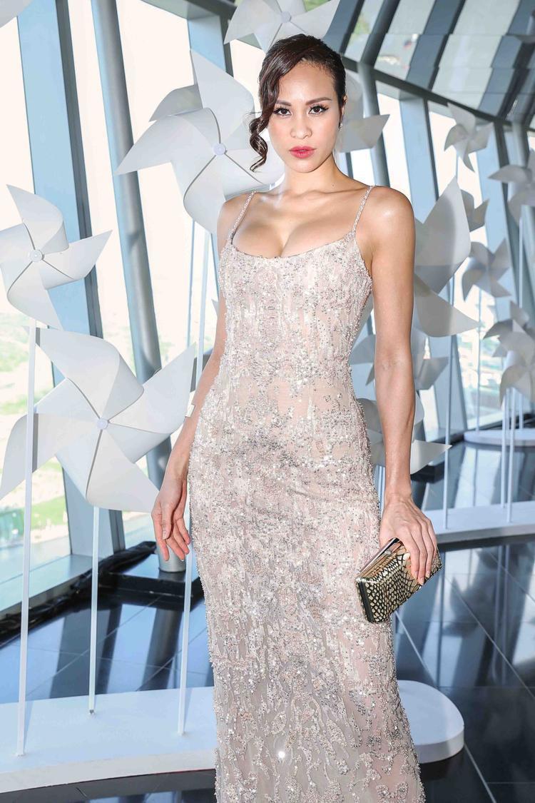 Chiếc đầm dài ôm sát cùng phần dây mảnh mai càng khiến Phương Mai trông sexy, quyến rũ bội phần.