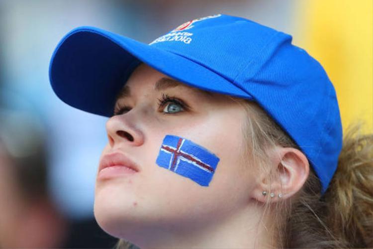 Cân đo nhan sắc của CĐV nữ Argentina và Iceland