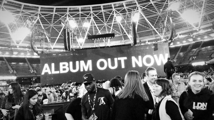 Khoảnh khắc lịch sử tại Sân vận động Olympic London khiến hàng chục nghìn khán giả bùng nổ.