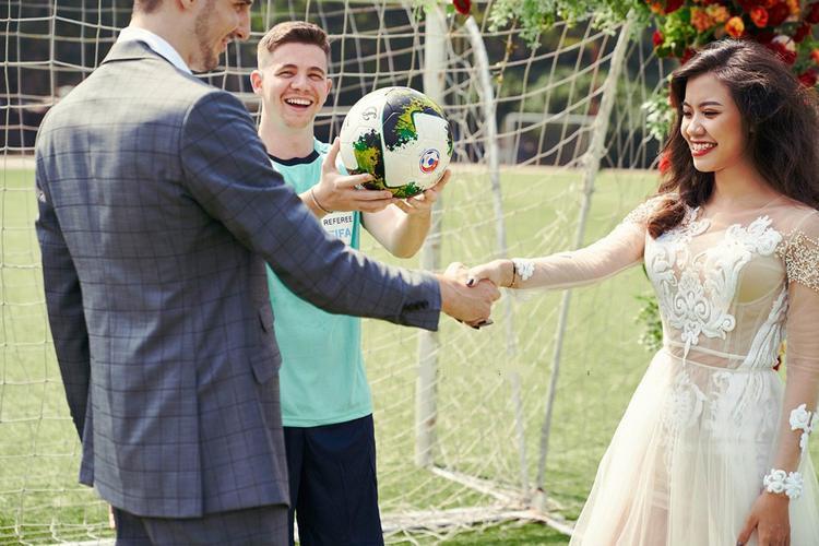 Thay vì diễn sâu hay chọn những bối cảnh lãng mạn như các cặp đôi khác, cả hai đã tìm đến sân bóng và xuất hiện trong những khoảnh khắc đơn giản nhất nhưng lại gây được sự chú ý của nhiều người.