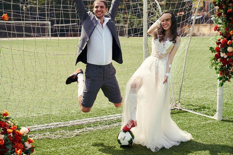 """Chủ nhân của bộ ảnh """"một đời"""" này là cặp vợ chồng Việt - Pháp. Cô dâu Quỳnh Hoa và chú rể Loic đã thực hiện một bộ ảnh cưới rất đặc biệt mà cặp đôi này đã hóa thân thành cầu thủ và thủ môn trên sân cỏ."""