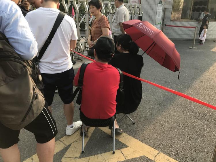 Họ chuẩn bị cả ô dù, băng ghế để ngồi