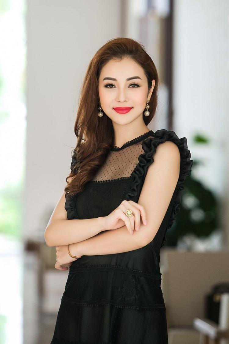 """Cùng đó, Jenifer luôn lựa chọn cách trang điểm không lòe loẹt, nhưng vẫn toát lên được thần thái đáng ngưỡng mộ. Jennifer cho biết, cuộc thi sắp tới do cô """"cầm cân nảy mực"""" sẽ tôn trọng tiêu chí, các cô gái gốc Việt, biết nói tiếng Việt."""