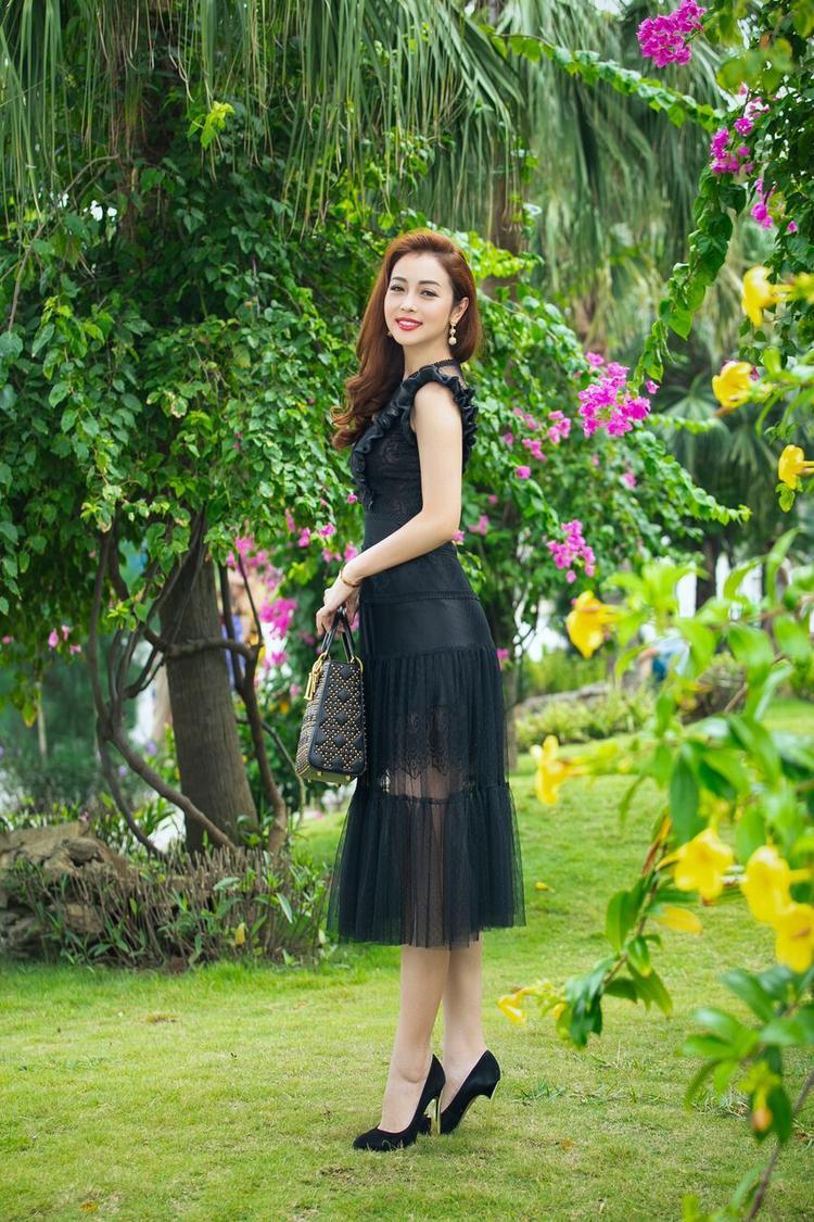 Bà mẹ ba con khoe nhan sắc trong nắng hè. Tại cuộc thi Hoa hậu Bản sắc Việt toàn cầu sắp tổ chức, cô sẽ đảm nhận vai trò giám khảo. Đây là cuộc thi dành cho người đẹp có gốc Việt khắp năm châu.