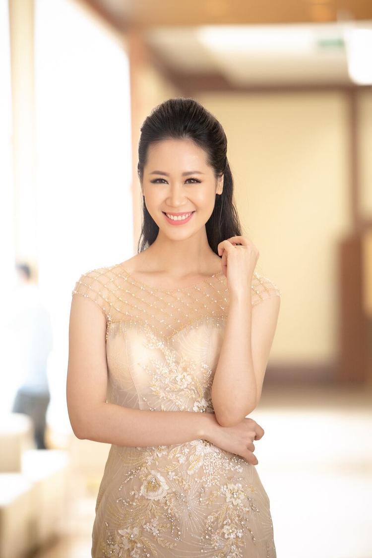 """Cùng xuất hiện tại sự kiện công bố cuộc thi Hoa hậu bản sắc Việt toàn cầu lần thứ hai còn có Dương Thùy Linh, hoa hậu một con. Cô cũng chứng minh vẻ đẹp """"không tuổi"""" và body đáng ngưỡng mộ sau 10 năm đăng quang."""