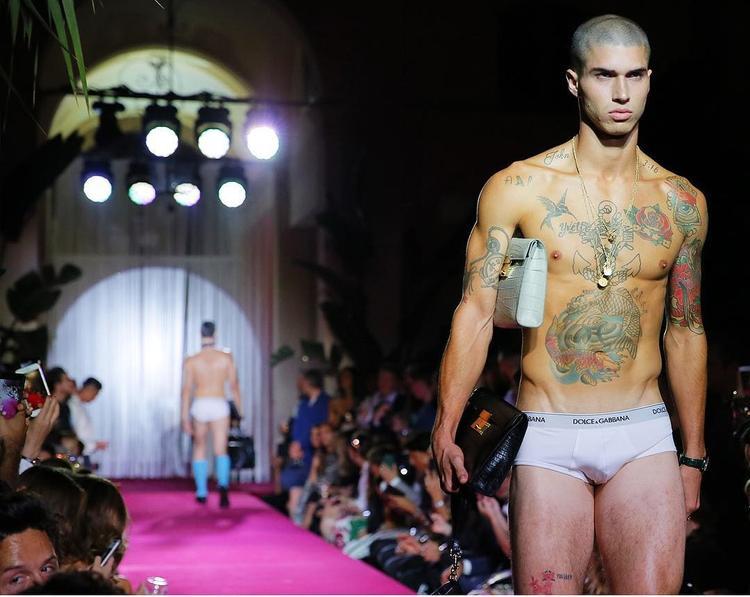 Mẫu nam tự tin diện đồ lót Dolce&Gabbana khoe thân hình săn chắc sải bước trên sàn diễn.