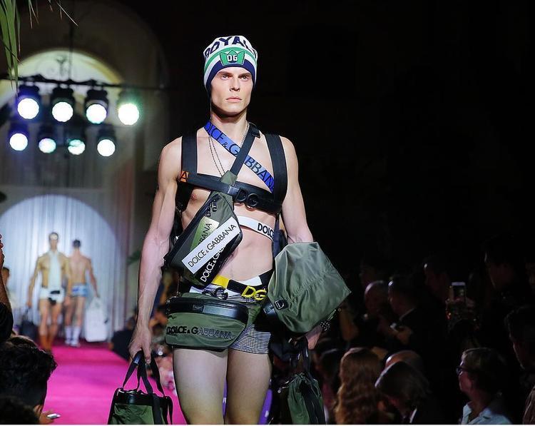 """BST với chủ đề """"Dolce&Gabbana The Naked King Men's Fashion Show"""" gây ấn tượng mạnh trong tuần lễ thời trang nam năm nay."""