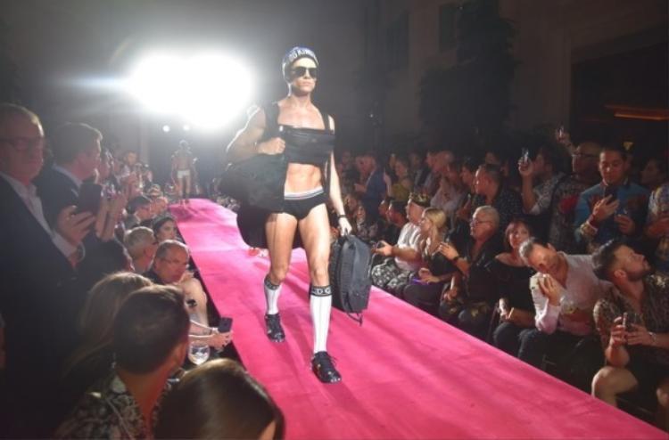 """Domenico Dolce - cha đẻ của Dolce&Gabbana cho biết :"""" Thế giới đang bước vào thời đại mới cần sự 'tiện nghi', thời trang sẽ phục vụ theo nhu cầu của con người, bên cạnh đồ lót, chúng tôi đang hướng đến quần áo thể thao""""."""