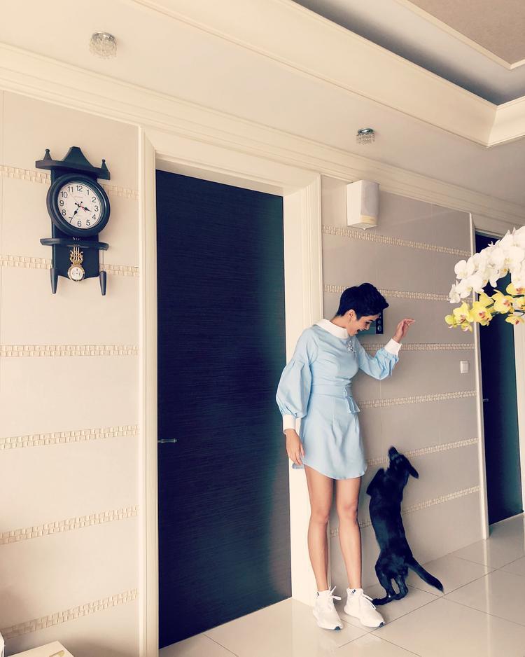 Đương kim Hoa hậu Hoàn vũ H'Hen Niê nhí nhảnh trong chiếc váy tay dài, gam màu pastel nhẹ nhàng.