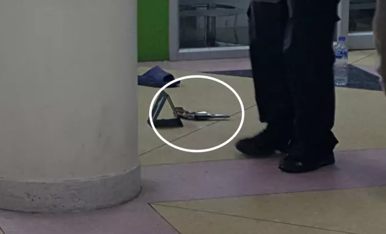 Cảnh sát tìm thấy một khẩu súng tại hiện trường.