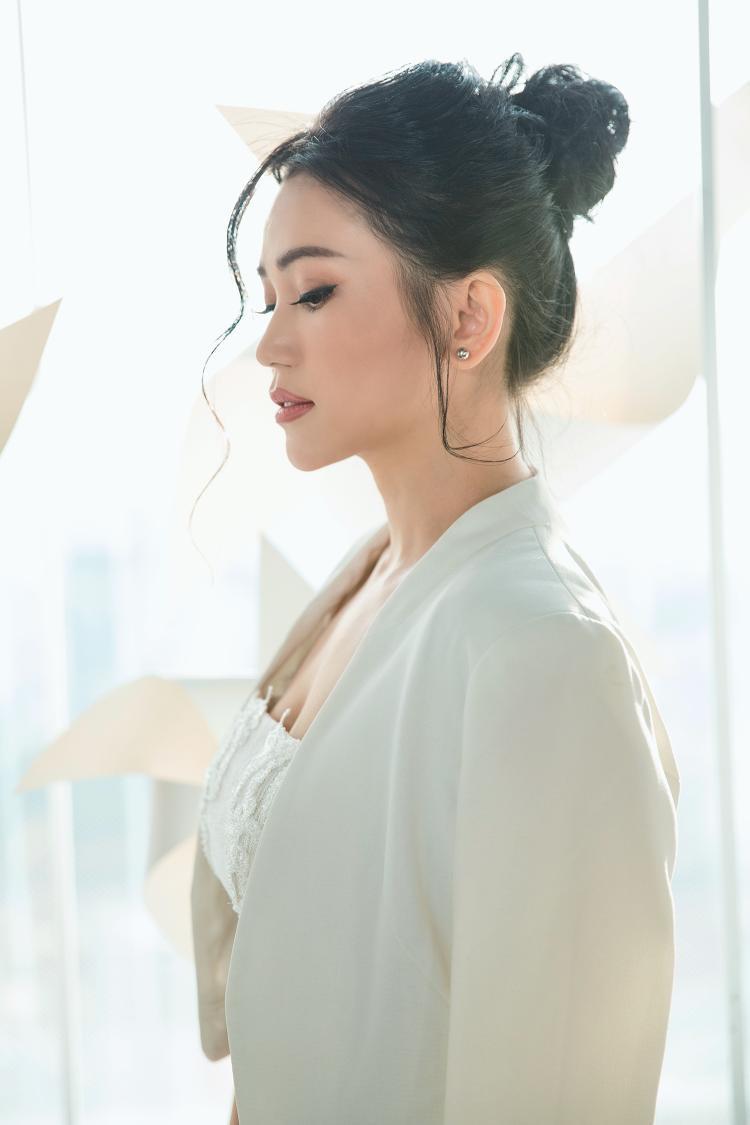 Sĩ Thanh sinh năm 1986. Trước khi được biết đến với vai trò ca sĩ, diễn viên, Sĩ Thanh là VJ nổi tiếng. Sau đó cô quyết định lấn sân âm nhạc và tham gia một số bộ phim được giới trẻ yêu thích.