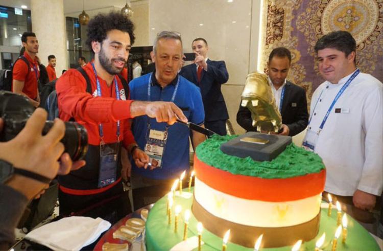 Salah cắt bánh sinh nhật khổng lồ.