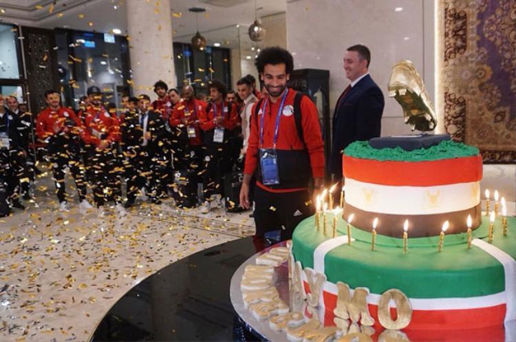 Salah khá vui khi bất ngờ được tặng món quà đặc biệt.
