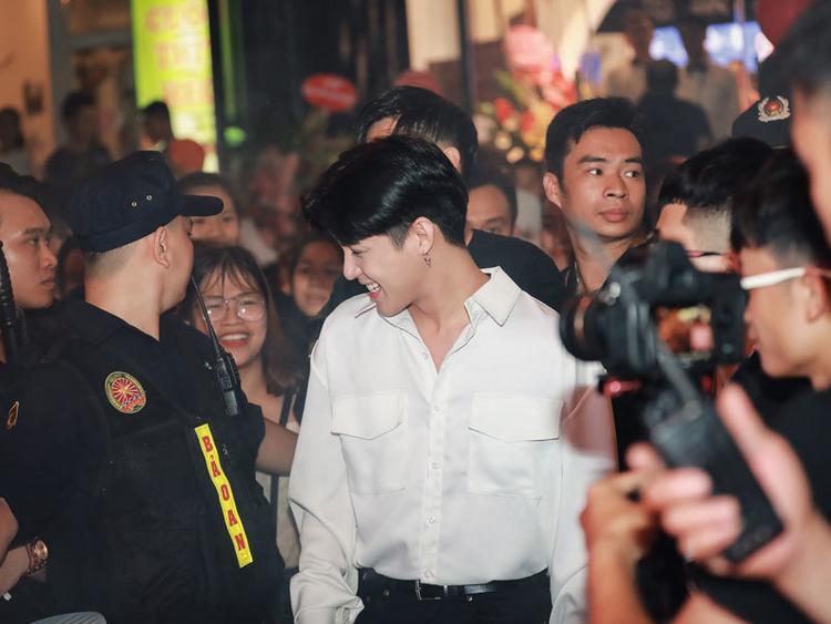 Thương fan như Noo Phước Thịnh: Thỉnh cầu vệ sĩ nhẹ tay với người hâm mộ vì em xót lắm