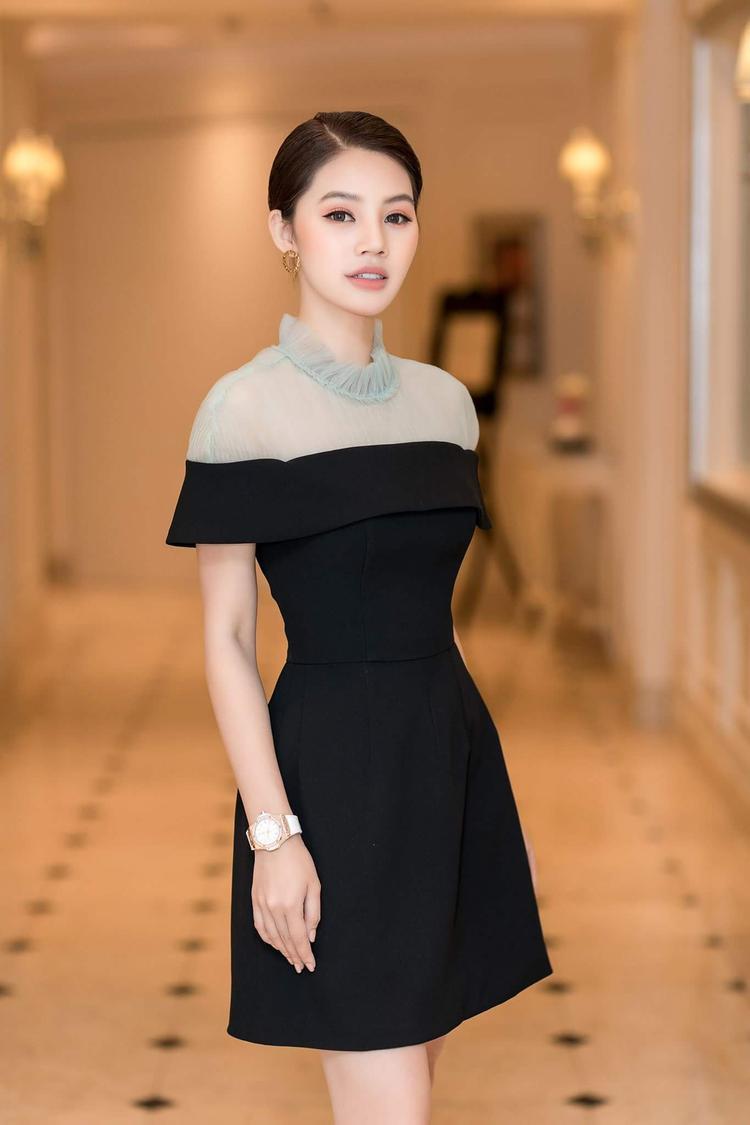 """Cách kết hợp chất liệu dày, mỏng khiến chiếc váy này trở thành """"vũ khí hoàn hảo"""" giúp Jolie Nguyễn """"tấn công"""" bảng xếp hạng sao đẹp tuần này."""