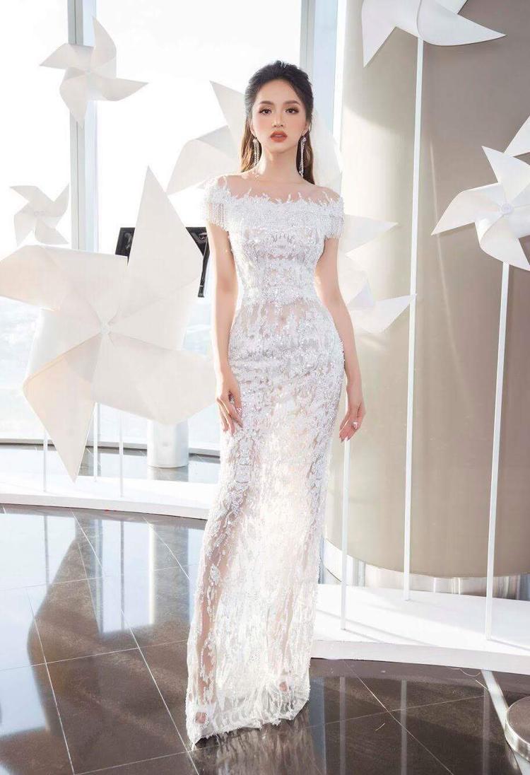 Tham dự một sự kiện thời trang, Hương Giang nhận được nhiều lời khen ngợi khi khoe vóc dáng mảnh mai trong chiếc váy ôm dáng, chất liệu ren hoa nữ tính.