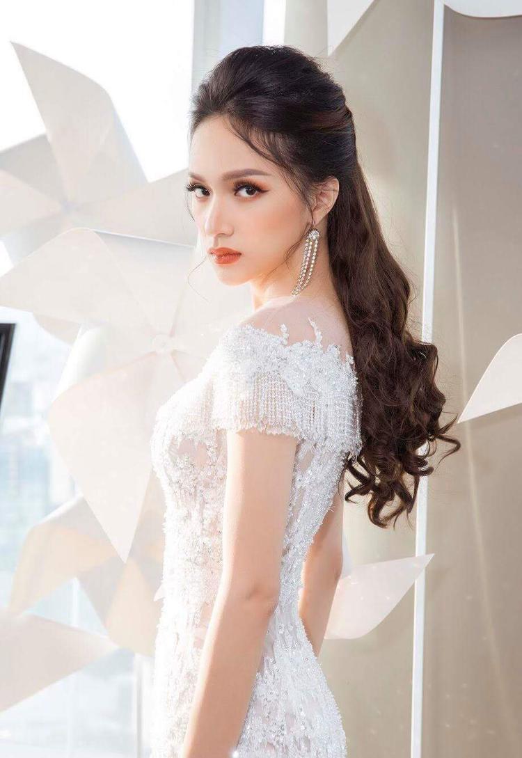 Cách kết hợp hoa tai dáng dài và kiểu tóc bới nhẹ đem đến cho Hoa hậu chuyển giới 2017 tổng thể nhẹ nhàng, thanh thoát.