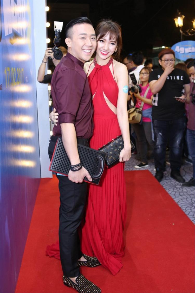 Bộ váy đỏ có kiểu thiết kế hở lưng quyến rũ, thân trước được cut-out tinh tế giúp Hari Won khoe chân ngực nóng bỏng. Bà xã Trấn Thành quá đẹp và nổi bật trong thiết kế này, khó mà chê ở bất kỳ điểm nào.