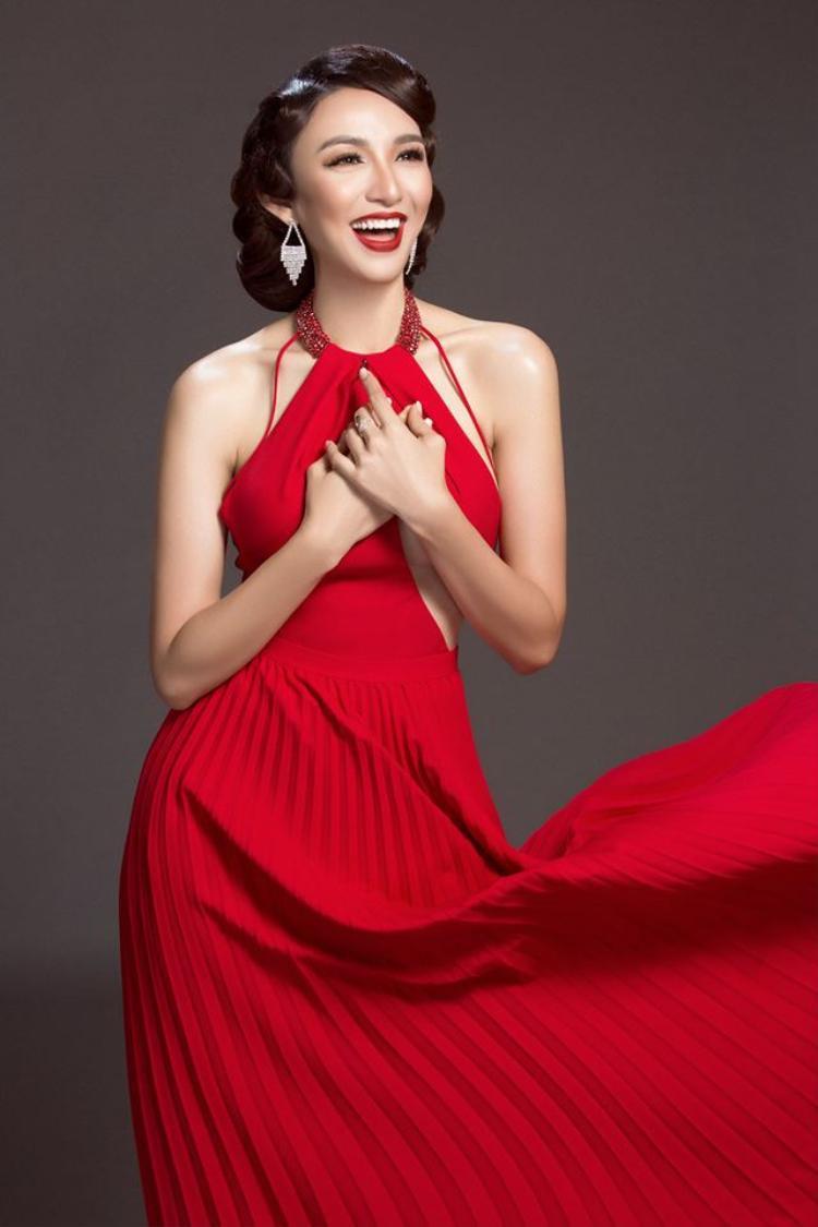 """Trong bộ ảnh thời trang vừa mới công bố với khán giả, Hoa hậu Ngọc Diễm """"lăng xê"""" hàng loạt kiểu tóc thời thượng. Tuy nhiên cái mà khán giả chú ý không dừng lại ở đó mà còn là chiếc đầm cô mặc trên người."""