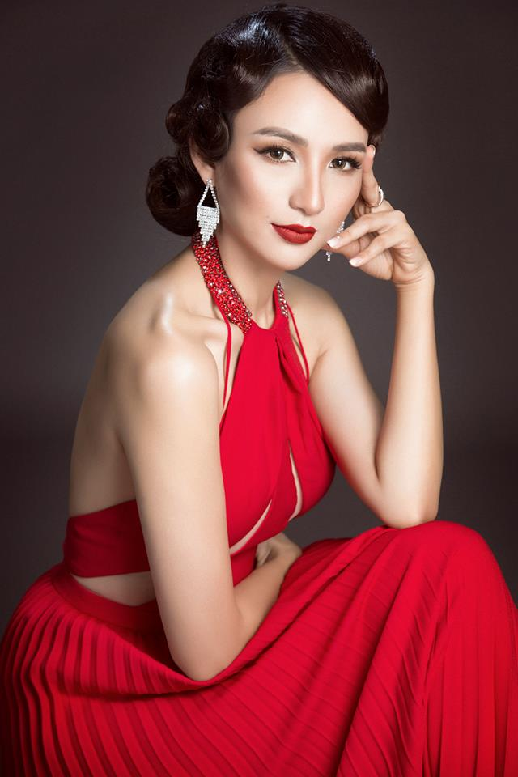 """Bởi thế mà Hoa hậu Ngọc Diễm chẳng ái ngại chuyện đụng hàng khi chọn thiết kế này trong bộ ảnh thời trang của mình vì cô suy nghĩ đợn giản """"người đẹp vì lụa""""."""