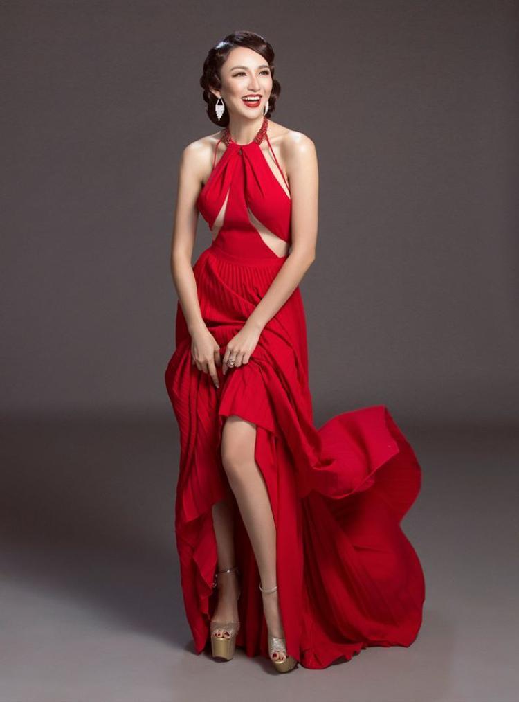 """Chiếc đầm này không hề xa lạ, vì nó được diện """"nhẵn mặt"""" bởi hàng loạt chân dài đình đám khác. Điều mà chiếc váy cổ yếm này mê hoặc hàng loạt chân dài đó chính là đường cut-out """"hiểm trở""""."""