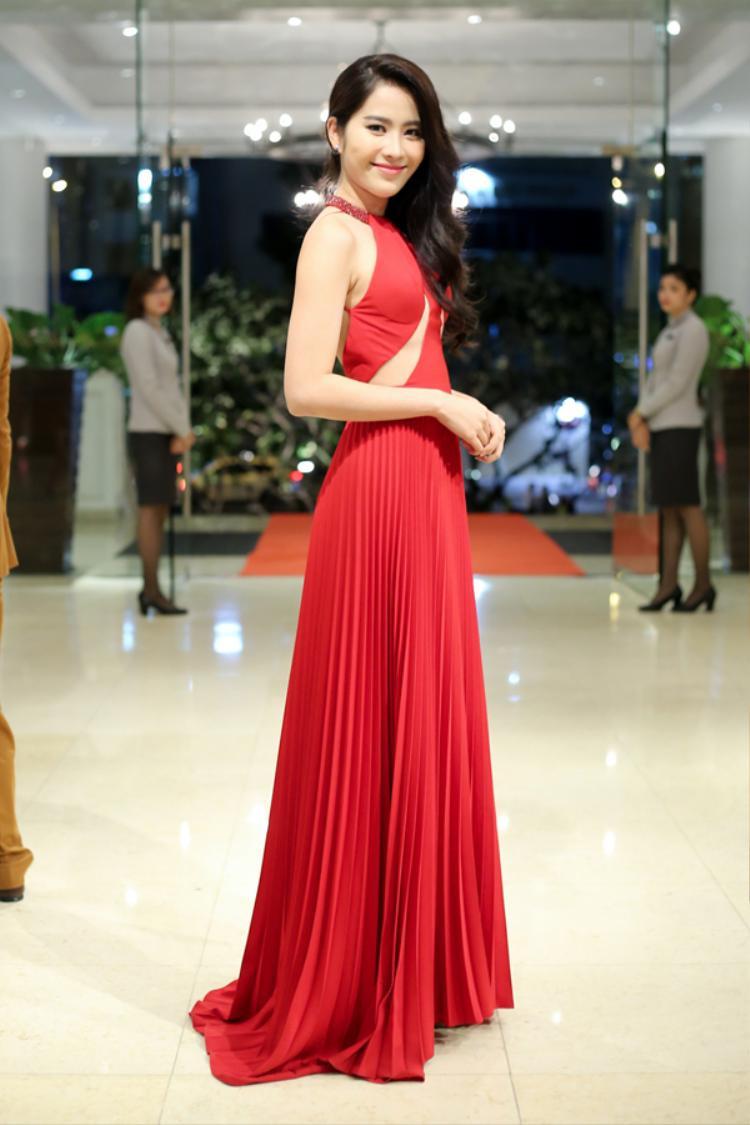 """Thật không ngờ sắc vóc của top 8 Hoa hậu Trái đất 2016 Nam Em vẫn chưa đủ sức để """"chặt chém"""" lại những người đẹp như Hari Won, Thùy Lâm, Ngọc Diễm."""