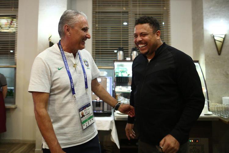 """Ronaldo """"béo"""" cùng HLV Tite. Ảnh: Twitter."""