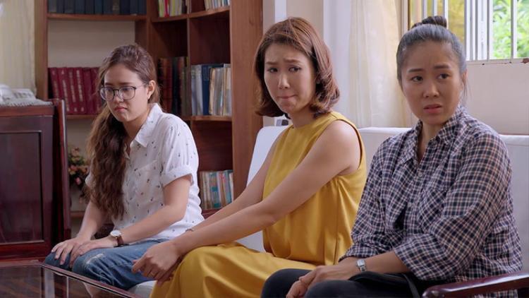 Ba cô con gái của bà Mai, từ trái qua: Minh (Phương Hằng), Hân (Thúy Ngân), Hương (Lê Phương).