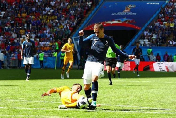 Pha phạm lỗi gây tranh cãi phải dùng đến công nghệ V.A.R để phân định trong trận đấu giữa Pháp và Australia.