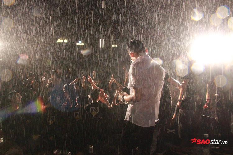 Giữa trời mưa tầm tã, trên sân khấu, các ca sĩ, vũ công không chuyên đến từ các tổ đội của nhà trường vẫn trình diễn rất nhiệt tình.