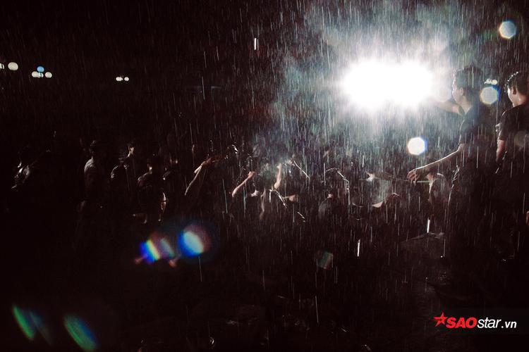 Bất chấp mưa lớn, hàng nghìn sinh viên vẫn cháy hết mình trong đêm chia tay khóa cuối trường NEU