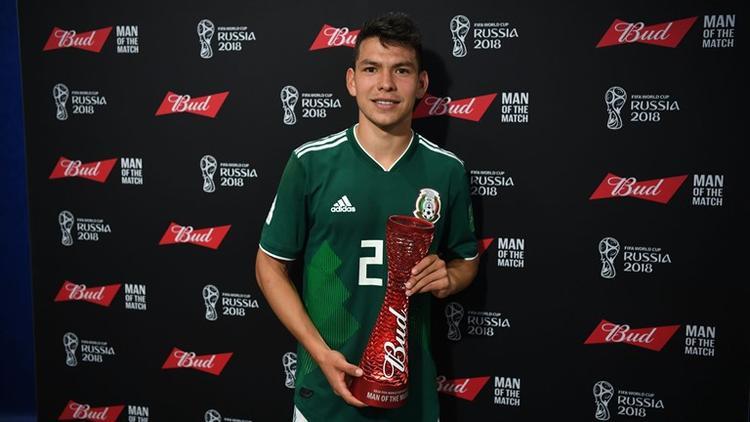 Lozano nhận giải cầu thủ xuất sắc nhất trận. Ảnh: FIFA.