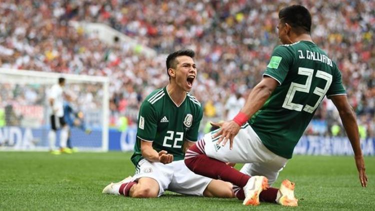 Lozano ăn mừng bàn thắng cùng đồng đội.