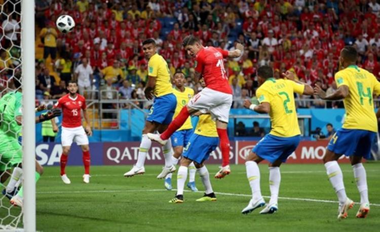 Thế nhưng, Brazil đánh mất lợi thế trong hiệp 2 khi Zuber gỡ hòa 1-1 cho Thụy Sỹ bằng cú đánh đầu chuẩn xác. Đây là tình huống Zuber đã đẩy hậu vệ Brazil nhưng trọng tài không thổi phạt. Ảnh: Reuters