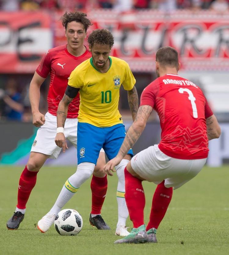 Neymar được chờ đợi rất nhiều nhưng anh bị chăm sóc rất kỹ lưỡng và không có nhiều cơ hội thể hiện ngoài việc cầm bóng đột phá cá nhân. Ngoài ra, anh chưa có được thể lực và phong độ tốt nhất. Ảnh: FIFA