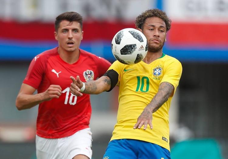 Neymar chơi đầy cố gắng trong suốt 90 phút nhưng không thể ghi bàn trước sự theo kèm như hình với bóng từ phía hàng thủ Thụy Sỹ. Ảnh: FIFA