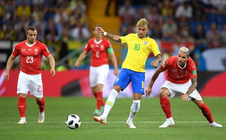 Neymar là cầu thủ được chờ đợi nhất bên phía Brazil. Dẫu vậy, ngôi sao này bị các cầu thủ Thụy Sỹ theo kèm rất kỹ. Ảnh: FIFA