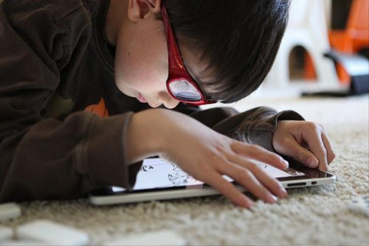 Những đứa trẻ luôn dí mắt vào chiếc điện thoại, máy tính bảng,… khiến các bệnh về mắt ở trẻ nhỏ tăng nhanh. Ảnh: Internet.