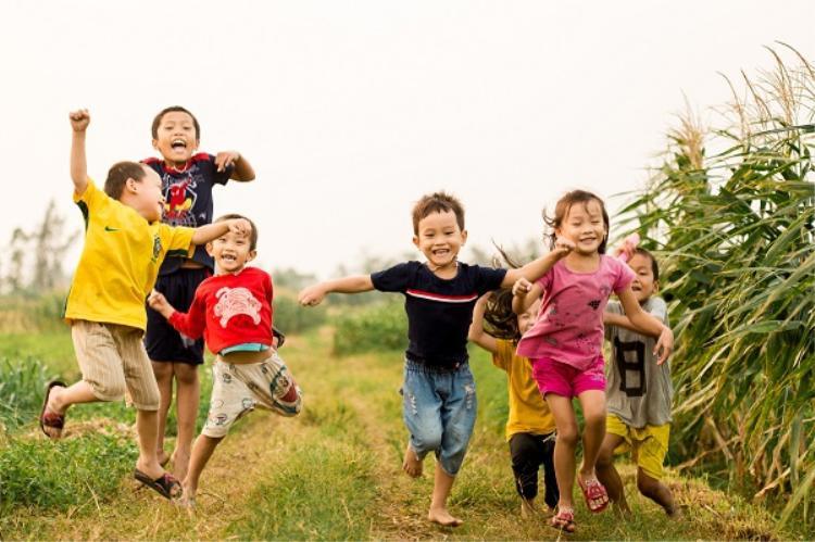 Cho trẻ thơ được sống đúng với lứa tuổi, vui chơi hết mình vào dịp hè để chúng học thêm nhiều bài học mới về tự nhiên. Ảnh: Hoàng Minh Tuấn.