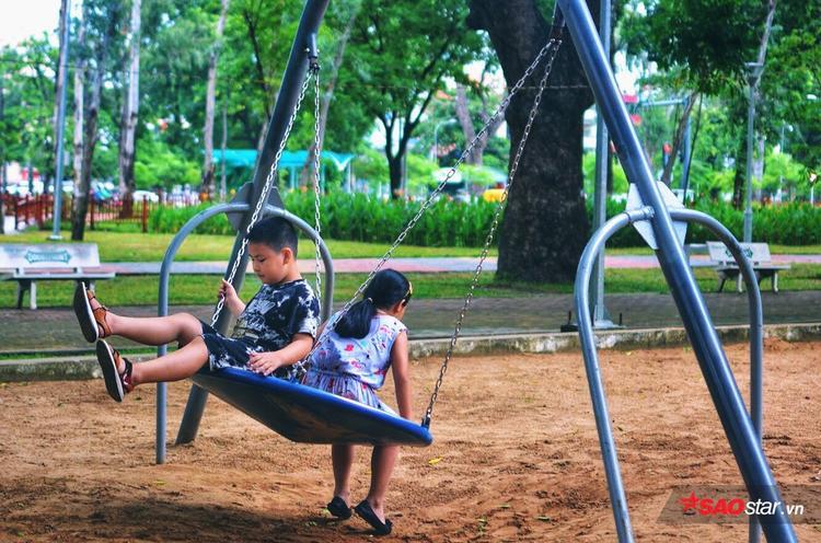 Những đứa trẻ thành phố cũng cần được vui chơi ở các không gian xanh, tự nhiên như công viên, khu vui chơi, sở thú…